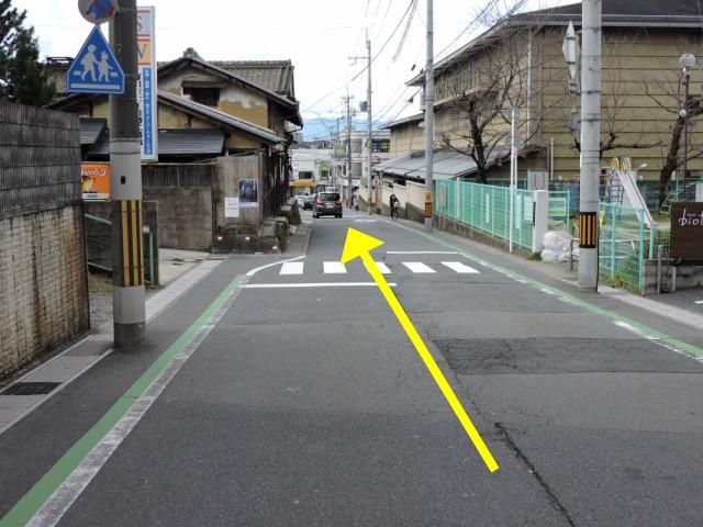 2、大きな道を左(西)へ曲がり下り坂を進みます
